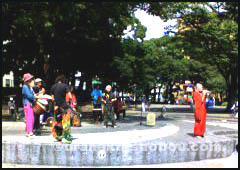 うらなか書房の「横浜カーフリーデー2006」演奏