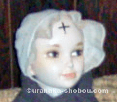 「キリストの里伝承館」の額に十字が書かれた人形